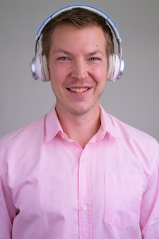 분홍색 셔츠와 함께 젊은 잘 생긴 사업가