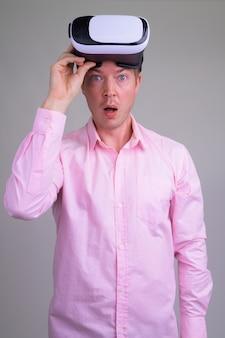 Молодой красивый бизнесмен с розовой рубашкой