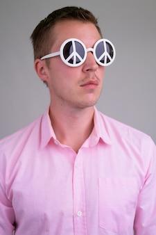 ピンクのシャツと若いハンサムなビジネスマン