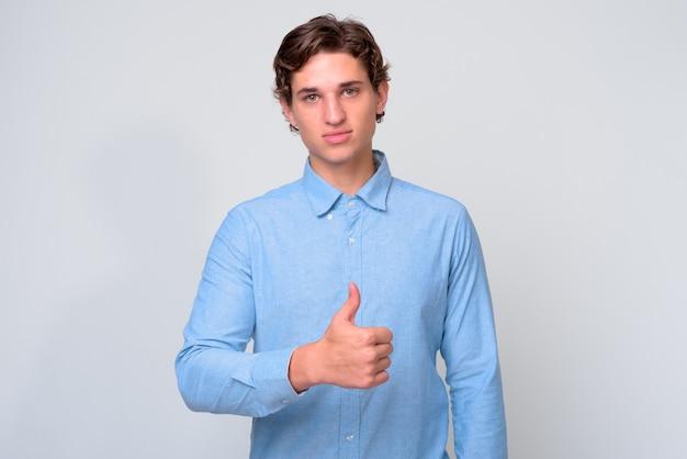 Молодой красивый бизнесмен с вьющимися волосами