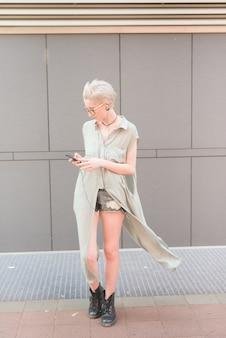 Молодой красивый кавказской блондинки итальянский дизайнер