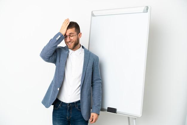 화이트 보드에 프레젠테이션을하고 솔루션을 의도하는 동안 흰색 배경에 고립 된 젊은 잘 생긴 백인 남자