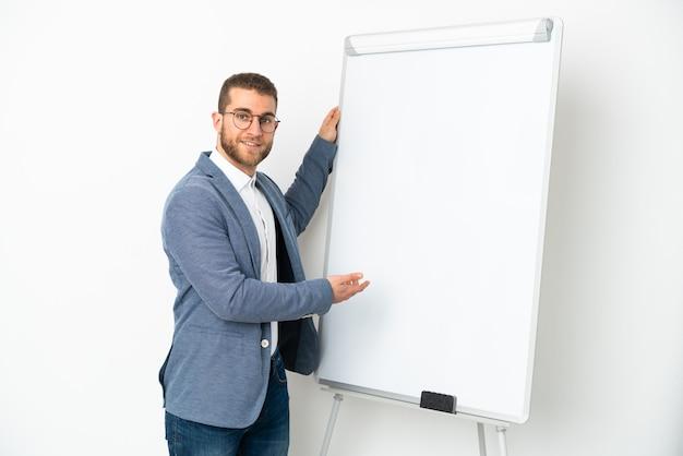 화이트 보드에 프레젠테이션을 흰색에 고립 된 젊은 잘 생긴 백인 남자