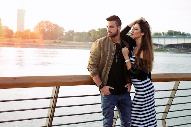 若いハンサムな恋人。明るい瞬間をとらえる。若い、若い、愛する、カップル、日没。ロマンチック。