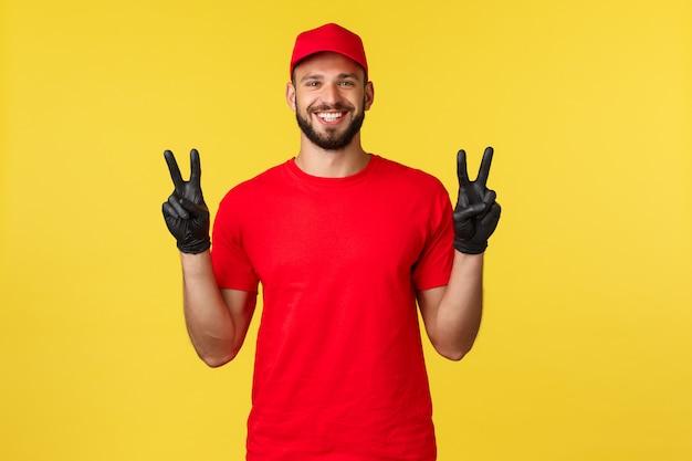 빨간 모자와 잘 생긴 젊은 배달 남자