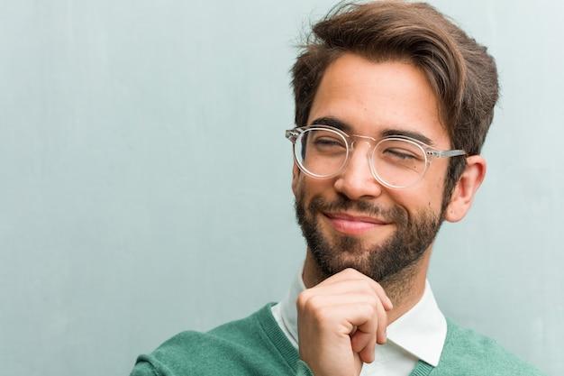 若いハンサムな起業家男顔クローズアップ思考と見上げる