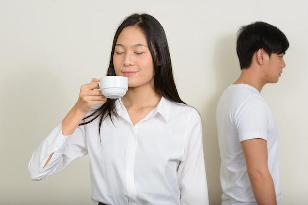 젊은 잘 생긴 필리핀 남자와 젊은 아름다운 아시아 여자가 함께 흰색