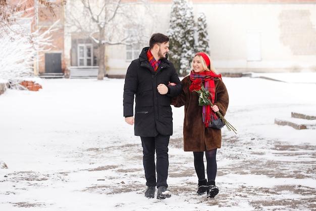 발렌타인 데이에 걷는 장미 꽃다발 젊은 잘 생긴 남자와 여자