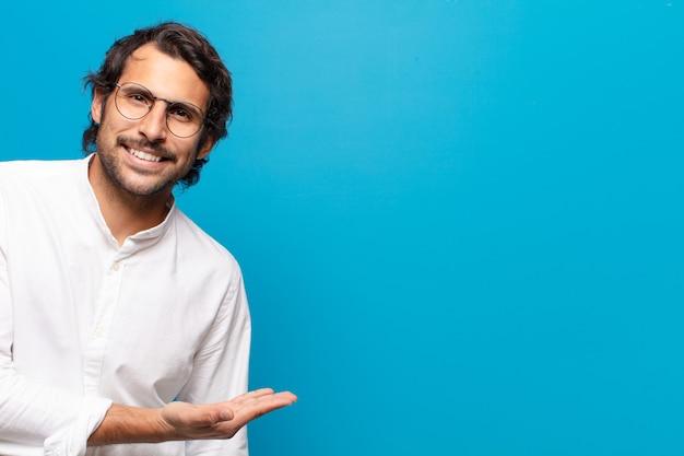 若いハンサムな幸せな男の笑顔