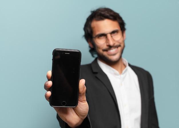 그의 전화 빈 화면을 보여주는 젊은 잘 생긴 인도 businesman
