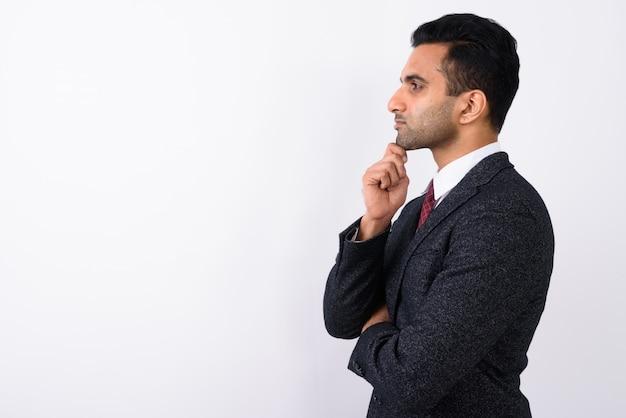 Молодой красивый индийский бизнесмен на белом фоне