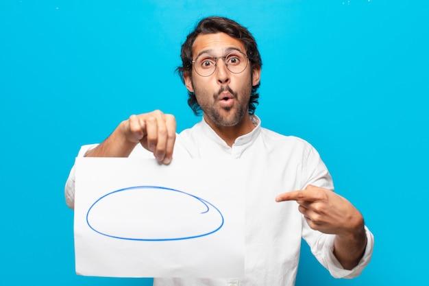 紙の発言シートを示す若いハンサムなインドのビジネスマン