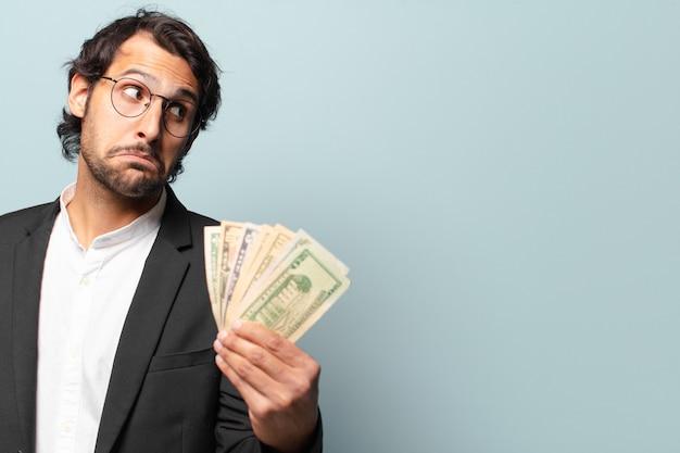 Молодой красивый индийский бизнесмен с банкнотами