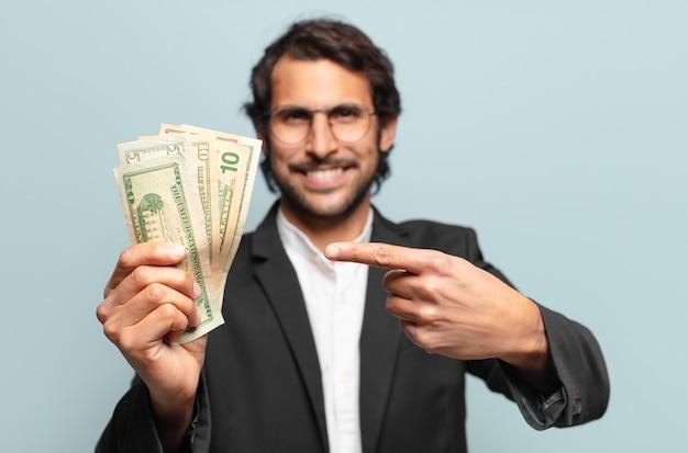 지폐와 젊은 잘 생긴 인도 사업가