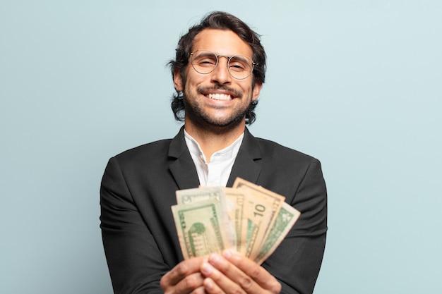 지폐와 함께 젊은 잘생긴 인도 사업가