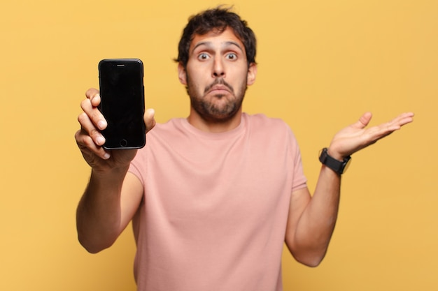 젊은 잘생긴 인도 남자 혼란 식 스마트폰 개념