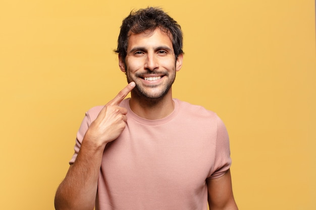 젊은 잘생긴 인도 남자. 행복하고 놀란 표정