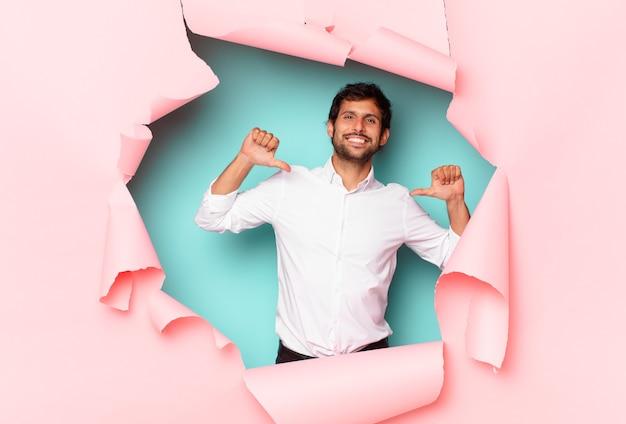 若いハンサムなインド人の幸せな表現