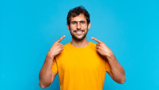 젊은 잘생긴 인도 남자 행복 한 표정