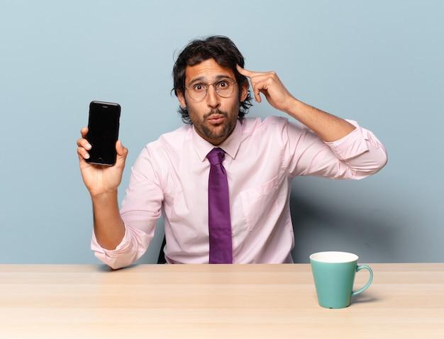 놀란, 입을 벌리고, 충격을 받고, 새로운 생각, 아이디어 또는 개념을 실현하는 젊은 잘 생긴 인도 남자. 비즈니스 개념