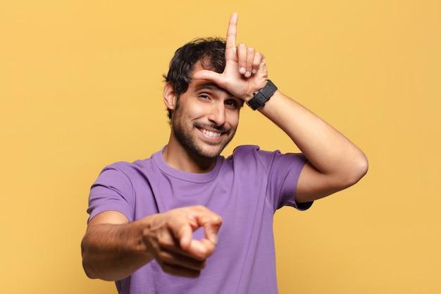 若いハンサムなインド人の誇らしげな表現