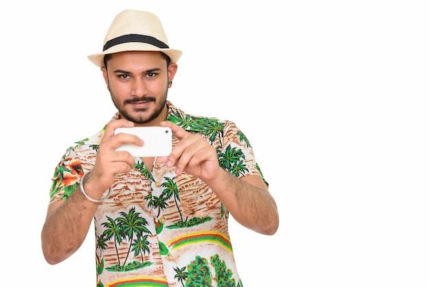 Молодой красивый индийский мужчина готов к отпуску фотографировать