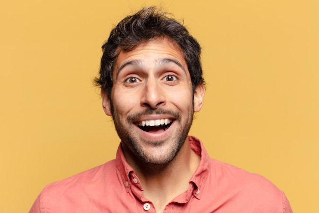若いハンサムなインド人。ショックを受けた、または驚いた表情