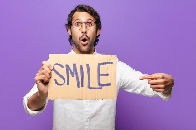 若いハンサムなインド人の笑顔の概念