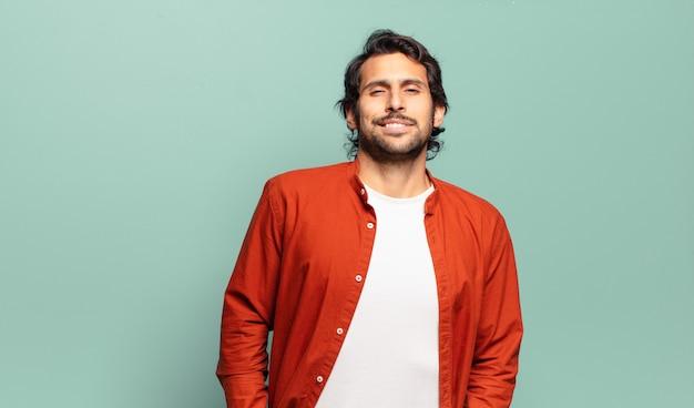 긍정적이고 행복하며 자신감 있고 편안한 표정으로 유쾌하고 부담없이 웃고있는 젊은 잘 생긴 인도 남자