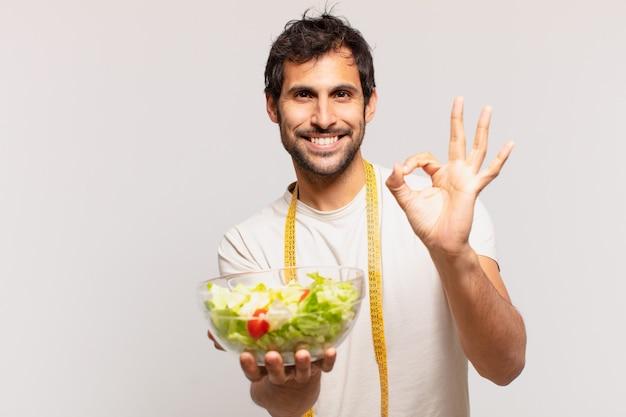 행복 한 표정으로 젊은 잘 생긴 인도 사람