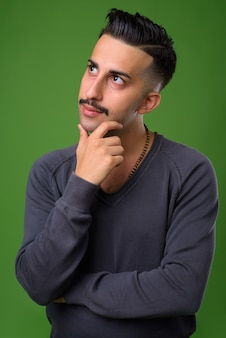緑の口ひげを持つ若いハンサムなイラン人