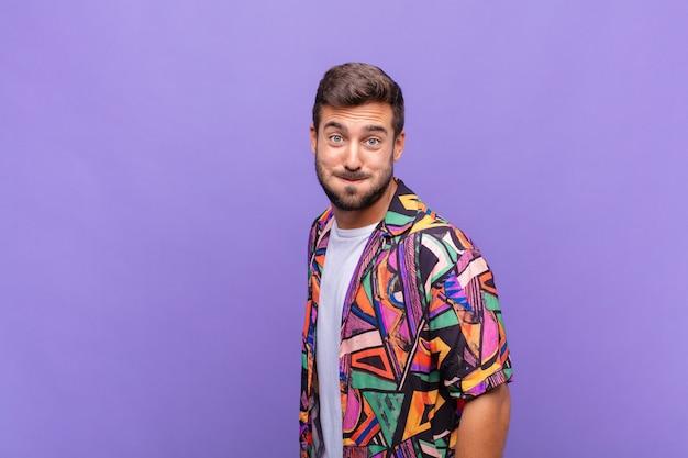Молодой красивый мужчина у фиолетовой стены