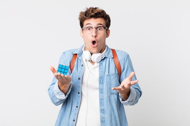 Молодой красавец удивил, шокировал и удивил невероятным сюрпризом. концепция интеллектуальной игры