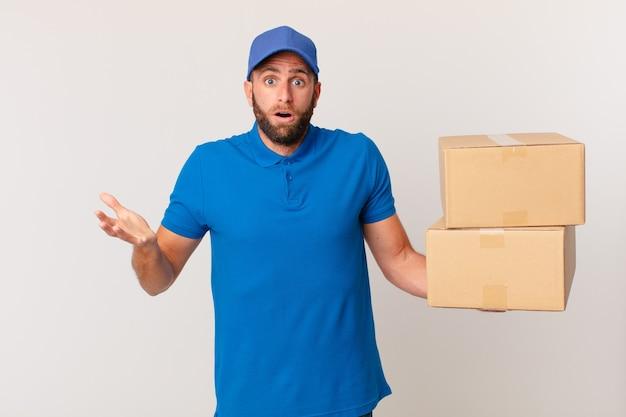 Молодой красавец удивил, шокировал и удивил невероятным сюрпризом. концепция доставки пакетов