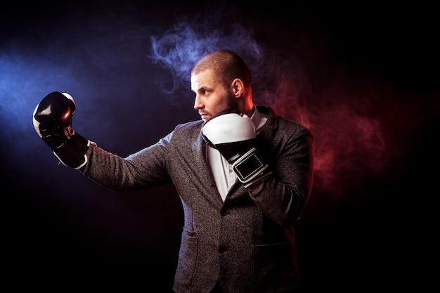 빨간색과 파란색 연기에 대 한 권투 흰색과 검은 색 장갑에 젊은 잘 생긴 남자 사업가