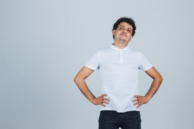 Giovane bell'uomo con una maglietta casual