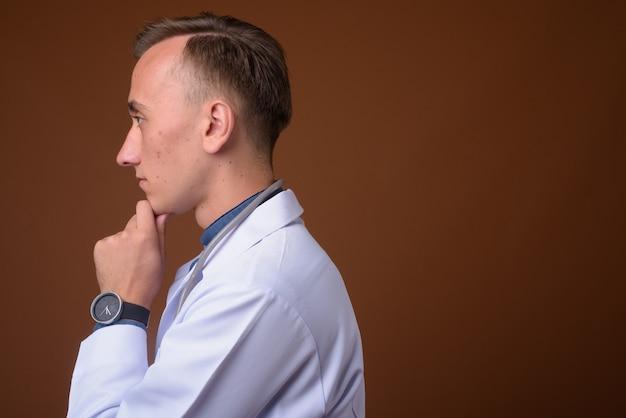 茶色に対して若いハンサムな男医師