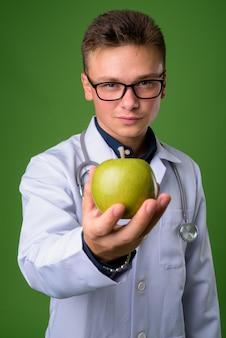 Молодой красавец-врач на зеленом фоне