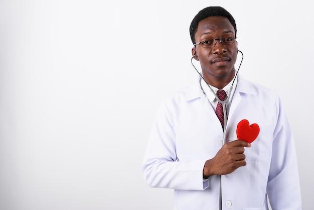 白に対して眼鏡を着ている若いハンサムな男医師