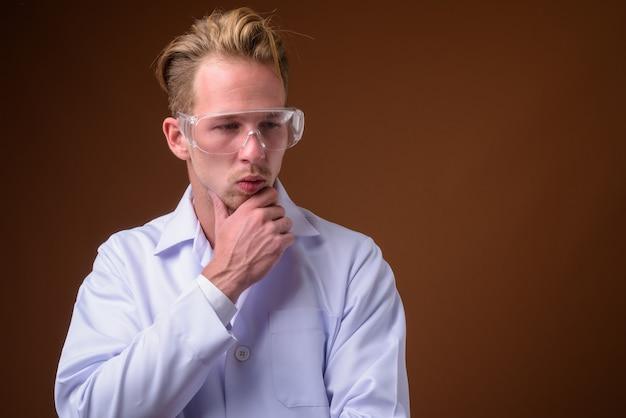 保護眼鏡をかけている若いハンサムな男医師