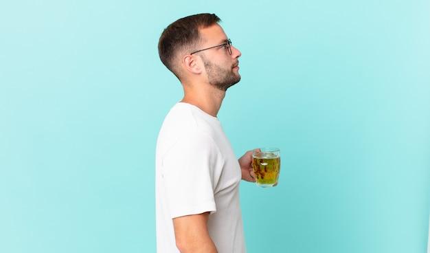 ビールのパイントを飲む若いハンサムな男