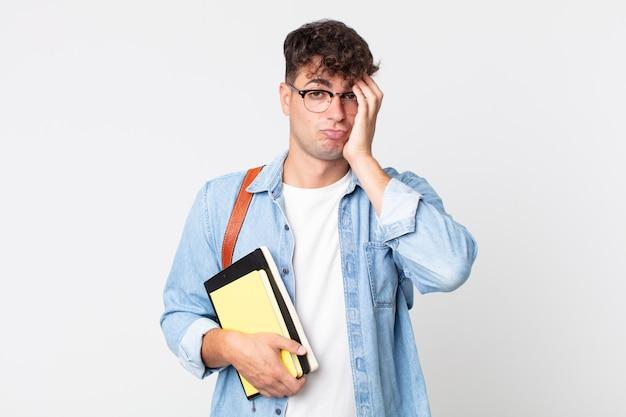 Молодой красавец чувствует себя скучающим, расстроенным и сонным после утомительного. концепция студента университета