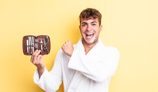 Молодой красивый мужчина чувствует себя счастливым и сталкивается с проблемой или праздником. гвозди инструменты футляр концепция