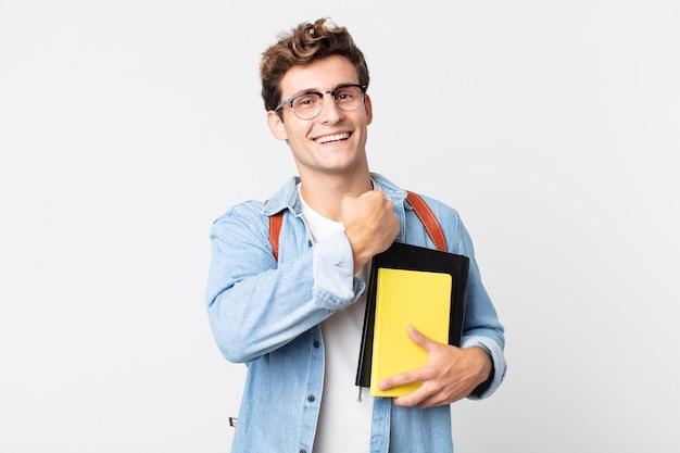 Молодой красивый мужчина чувствует себя счастливым и сталкивается с проблемой или праздником. концепция студента университета