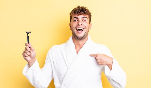 Молодой красивый мужчина чувствует себя счастливым и с возбуждением указывает на себя. концепция бритья