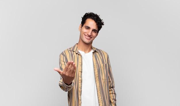Молодой красивый мужчина чувствует себя счастливым, успешным и уверенным в себе, сталкивается с проблемой и говорит: давай!