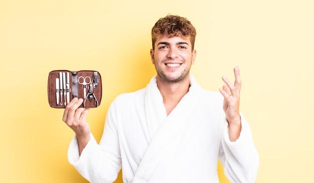 Молодой красивый мужчина чувствует себя счастливым, удивленным, осознав решение или идею. гвозди инструменты футляр концепция