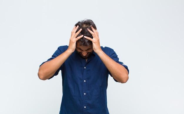 ストレスと欲求不満を感じている若いハンサムな男