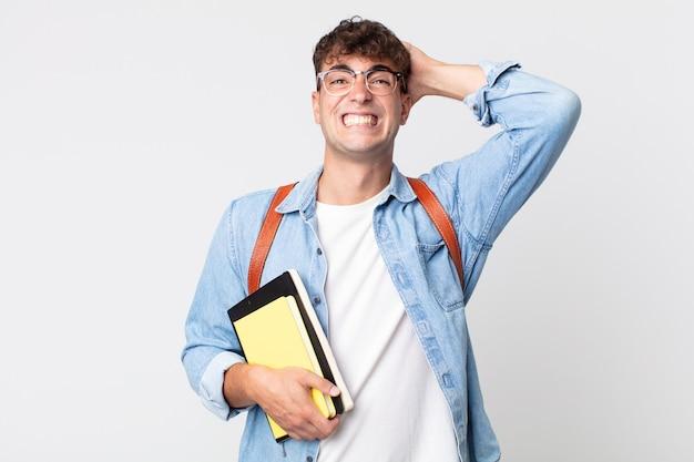 머리에 손을 얹고 스트레스를 받거나 불안해하거나 무서워하는 젊은 미남. 대학생 개념