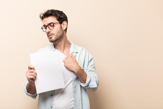 若いハンサムな男は、ストレス、不安、疲れ、欲求不満を感じ、シャツの首を引っ張って、問題で欲求不満に見える